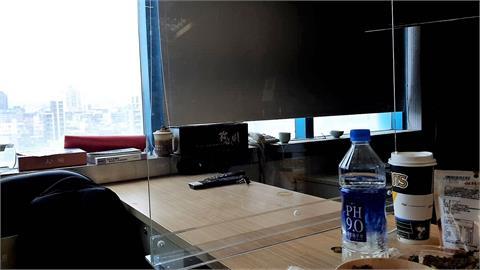 力拚防疫!民進黨中央黨部記者室增設隔板 蔡總統隨扈戴上手套