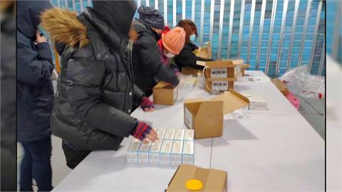 食藥署員工在零下20度 完成莫德納檢驗封緘