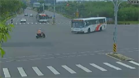 恐怖車禍 ! 騎士疑闖紅燈撞左轉公車