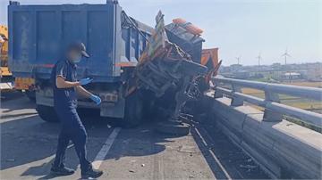 砂石車撞上 工程車被夾到變形釀2死 駕駛屍首分離噴飛掉橋下