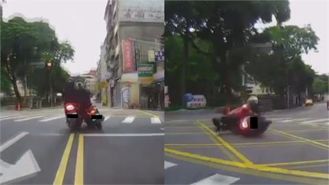 車與車的連結!三寶騎士路上撞一團 網友諷:駕照都是雞腿換的