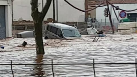 連車都被沖走!超強洪水侵襲西班牙南部