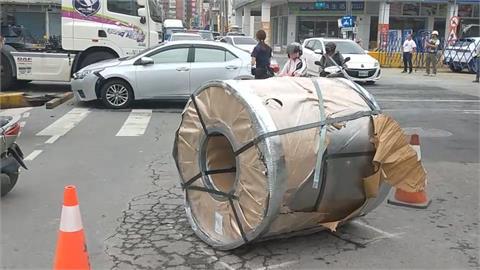 裝載鋼捲曳引車急煞 數十噸重鋼圈脫落
