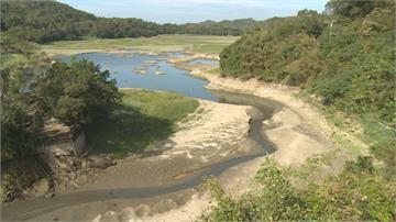 桃竹苗水情拉警報!  水庫上游集水區乾涸成沙洲還長草