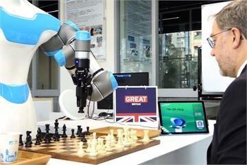 陪下棋還幫倒茶!「這款機器人」連英國人也說讚
