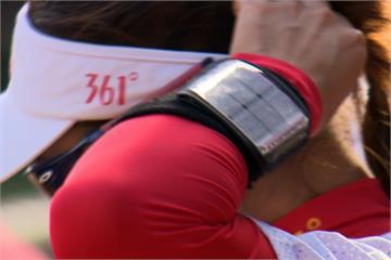 手腕護套藏小抄 中國女壘球員低頭頻看