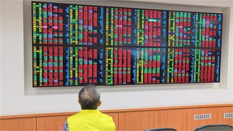 快新聞/成交量6642億再創新高 台股爆天量下挫288點跌破萬七