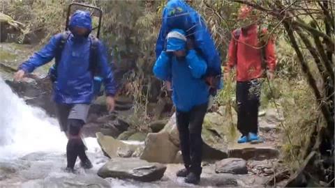 山友罹難警與民間登山 颱風天輪流揹移體下山