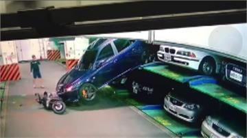 機械停車場轎車滑落牽機車男子險遭撞