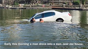英勇救援!賓利衝進釣魚池 外籍老師跳下水救駕駛