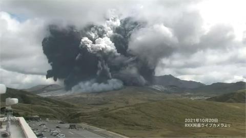 震撼畫面曝!日本阿蘇火山噴發宛如世界末日 「煙霧猛竄3500公尺」警戒升3級
