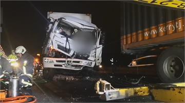 國一台中大雅段凌晨4大車連環撞2傷壓到噴飛鐵條爆胎!1駕駛受困車內