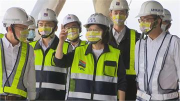 快新聞/蔡英文視察高雄港埠旅運中心進度 稱讚「這個計劃不錯喔!」