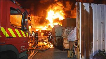 烈焰伴隨濃煙...不時傳出爆炸聲   后里橡膠廠燒很大