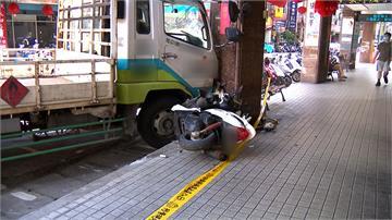 瓦斯貨車駕駛違規超車 竟撞倒11輛機車