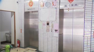 急死人!大樓電梯老舊故障... 輪椅翁要去洗腎警消協助抬下九層樓