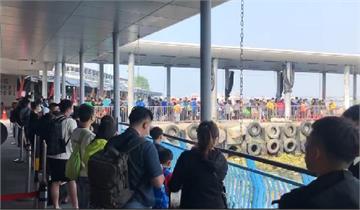 快新聞/228連假首日! 東港碼頭人潮爆滿 遊客搶搭船赴小琉球