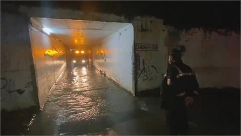 豪雨路竹下坑涵洞積水 駕駛誤駛入拋錨
