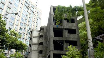 新莊爛尾樓 蓋一半停建荒廢 被稱池塘鬼屋