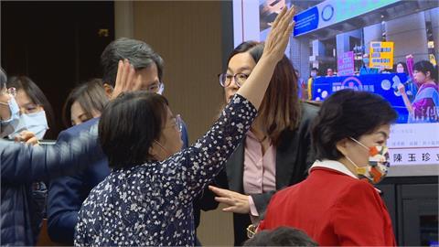 陳玉珍通過疫苗採購小組 綠委群起抗議