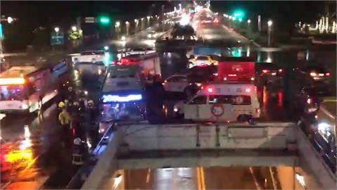 快新聞/台北忠孝西路、中山南路「公車直撞橋墩」!13人受傷 警消緊急處理中