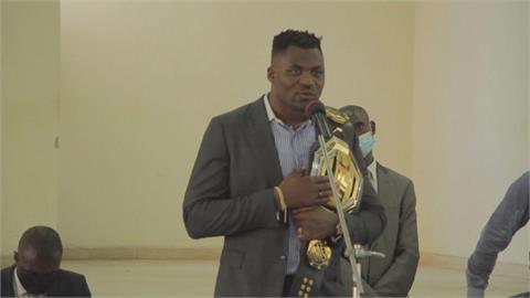 非洲UFC冠軍第一人! 喀麥隆民眾上街迎英雄