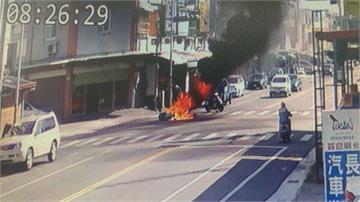 驚悚!兩女大生機車追撞摔車 「燒成一團火球」