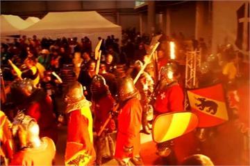 「中世紀武士對決錦標賽」穿著30公斤盔甲的真對決