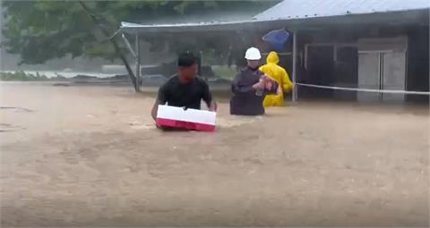 快新聞/雨襲高雄!茂林情人谷水淹及腰 汽車、民宅陷入汪洋