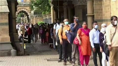 印度增10萬例2個月來最低 新德里、孟買解封
