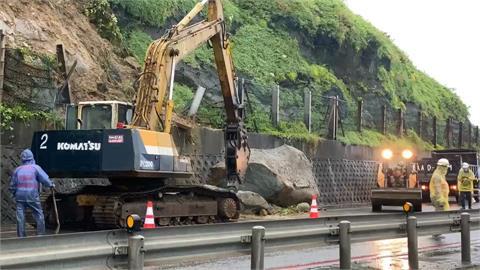 快新聞/瑞芳台2線濱海公路75.8公里處「巨石掉落」 估2小時清除完畢