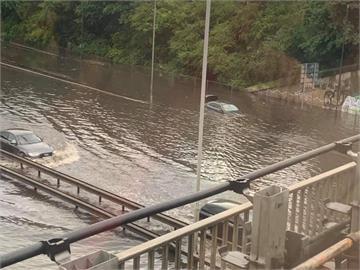 倫敦大雨滂沱市區街道積水 車輛受困寸步難行