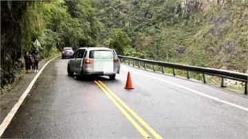 連日落雨 中橫長春隧道路段落石砸車2人送醫