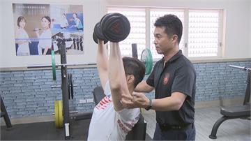 「肌」力滿點!回收二手健身器材高市警分局自設「肌力館」鍛鍊!