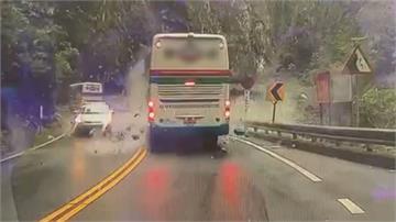 心驚! 開車出隧道口遭落石襲擊 幸無人傷亡