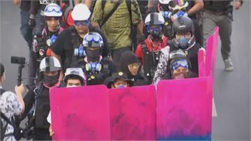 泰國爭民主示威不斷 民眾舉粉紅色盾牌抗議