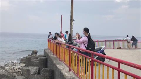 連假最後一天! 「圓規」風雨攪局 小琉球遊客提前搭船離島