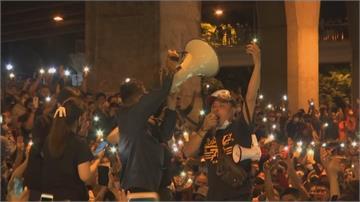 手機燈海點亮黑夜 數千泰人抗議和平落幕