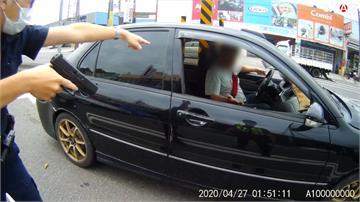 男子開無牌車拒攔查 遭警當街拔槍喝斥