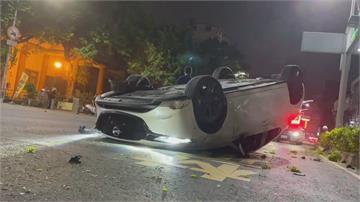 深夜開車自撞安全島 駕駛一度受困車內