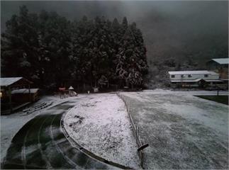 快新聞/寒流襲台山區道路積雪結冰  4路段「限掛雪鏈通行」