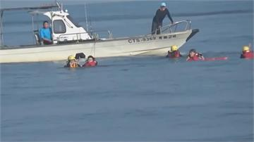 兩女踏浪太忘我 漲潮淹頸海巡救援