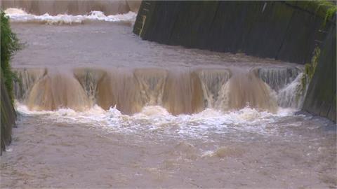 北投路樹壓毀電桿 磺港溪支流暴漲「可以泛舟了」