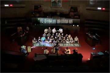 快新聞/國民黨立委破壞門鎖占據議場 獨家現場畫面曝光