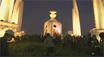 泰反政府示威持續 民眾爬上民主紀念碑掛白布