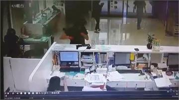 搶匪持槍闖高雄彰銀 得手50萬元逃逸