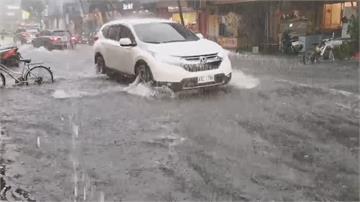 雨水狂灌!宜大停車場變水濂洞 市區水淹半個輪胎 店家狂掃水