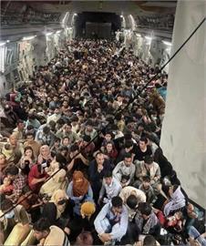 美軍C-17運輸機擠滿阿富汗人撤離 機上正確人數曝光!
