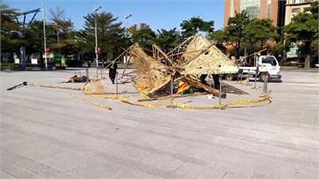 快新聞/強陣風一吹 台中市府前廣場聖誕樹也吹翻崩毀