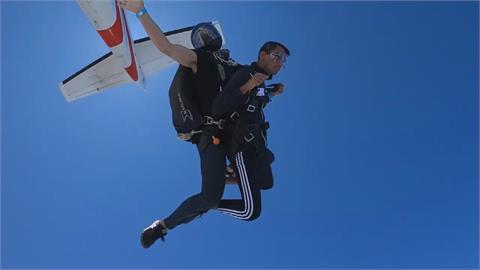 邊跳傘邊玩魔術方塊 達人30秒破解寫紀錄